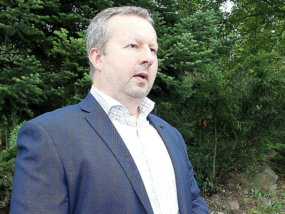 Ministr životního prostředí Richard Brabec při setkání s novináři v areálu Nového rybníku.