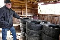 NEMILÉ překvapení v podobě naskládaných starých pneumatik čekalo před několika dny na jeho pozemku Františka Zemana.
