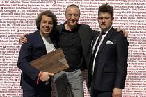 Designér úspěšného prkénka Petr Novague (uprostřed) společně s majiteli firmy Vojtěchem Hrachem (vlevo) a Jiřím Krůtou.