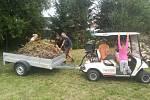 Sportovní hřiště v Žežicích obnovují místní dobrovolníci, v září na něm chtějí uspořádat volejbalový turnaj.