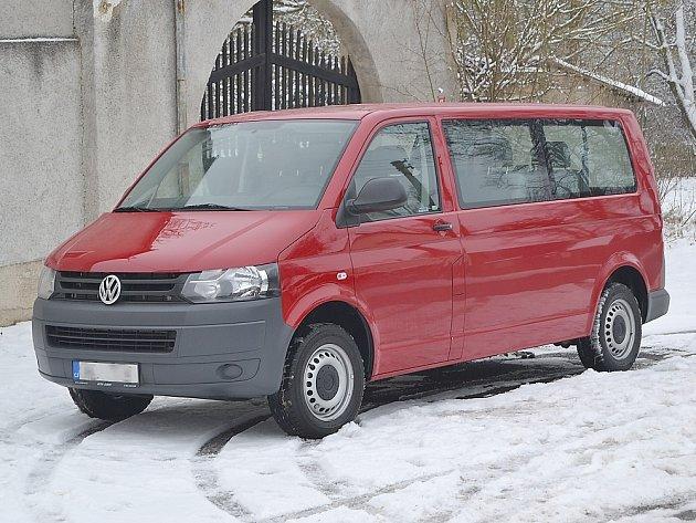 Děti z Dětského domova v Korkyni vozí nový mikrobus.