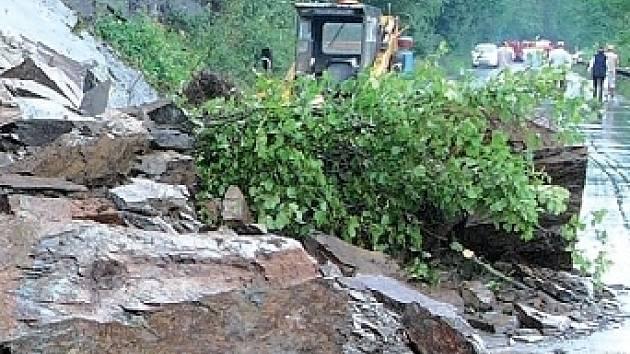 Předloni se ze zvětralé skály uvolnily mohutné skalní bloky. Spadly na silnici a jen zázrakem nikoho nezranily. Jeden z větších uvolněných bloků měl podle odhadu kolem 15 až 20 tun. Kameny padají na cestu dál, naposledy poškodily dvě auta.