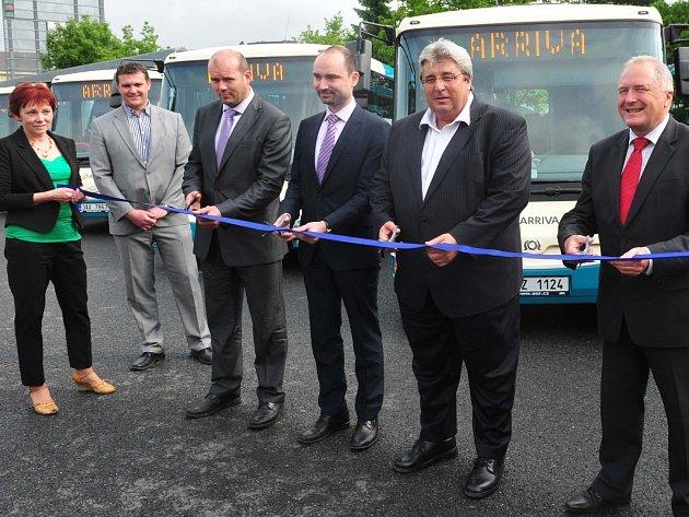Předávání nových autobusů.