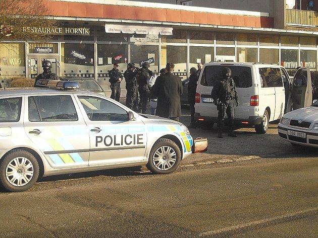 Policejní zásah před Horníkem v Příbrami.