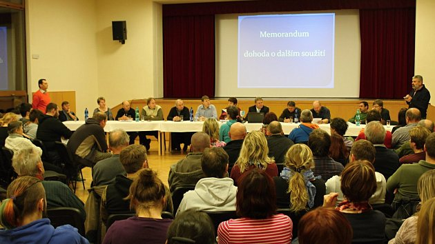 O mimořádné zasedání zastupitelstva ohledně situace kolem lomu Skoupý byl velký zájem.