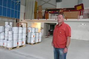 ŘEDITEL gymnázia Zdeněk Šimeček doufá, že harmonogram firma dodrží a studenti si ještě letos v hale zasportují. V plechovkách, u nichž je zachycen, je pryskyřičný nátěr.