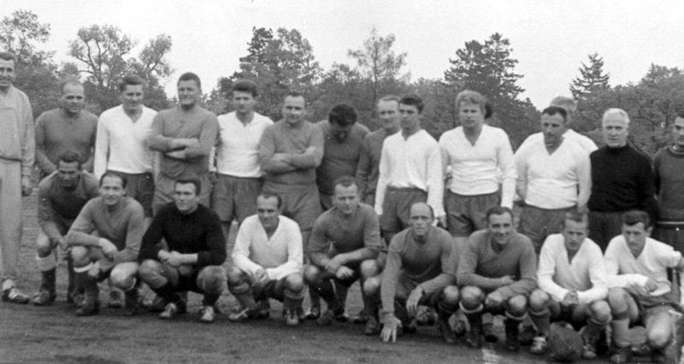 Foto ze zápasu Dobříše a internacionálů ČSSR, za které nastoupili mimo jiné Josef Bican a František Plánička.