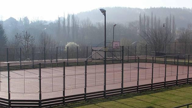 Hřiště u gymnázia má nový povrch, hráčům malé kopané se příliš nezamlouvá.