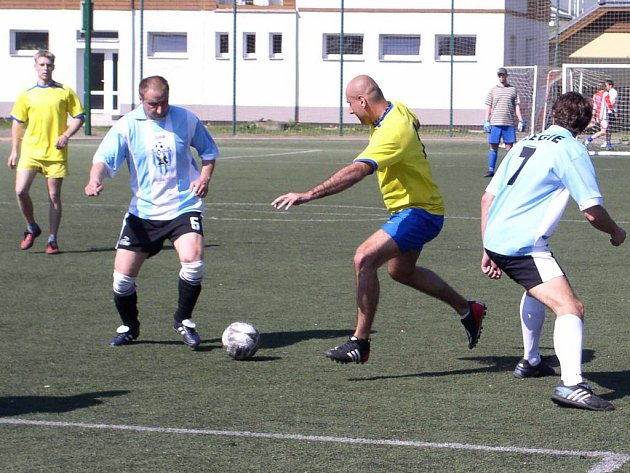 Hráči Legie Zdaboř (v modrém) se po nevydařeném úvodním víkendu zvedli a už jsou na pátém místě tabulky.