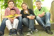 Školáci, zleva Denisa s Martinem, Michala a Honza.