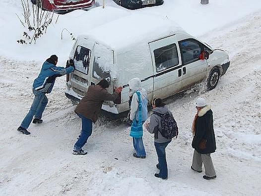 Přívaly sněhu způsobily problémy nejen řidičům