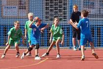 Z utkání příbramských mladších žáků (v modrém) na turnaji ve Zruči.