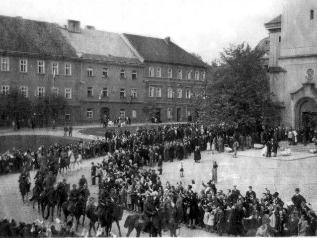 Občané vítají na příbramském náměstí 9. 5. 1945 vojáky VS KONR – ROA generála Andreje Andrejeviče Vlasova z 3. pluku 1. Buňačenkovy divize. Jízdní oddíl vlasovců na koních míří z města, v marné snaze dostat se do amerického zajetí.