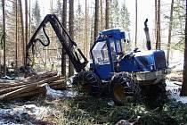 Podobné stroje vykradl v Brdech neznámý pachatel.