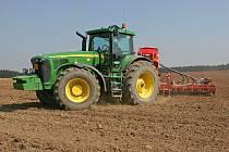 Zemědělská technika by měla 13. října ráno blokovat dopravu v některých úsecích silnic na Příbramsku.