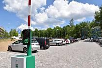 Přeplněnému centru mělo ulehčit nově vybudované parkoviště u nemocnice se 122 parkovacími místy.