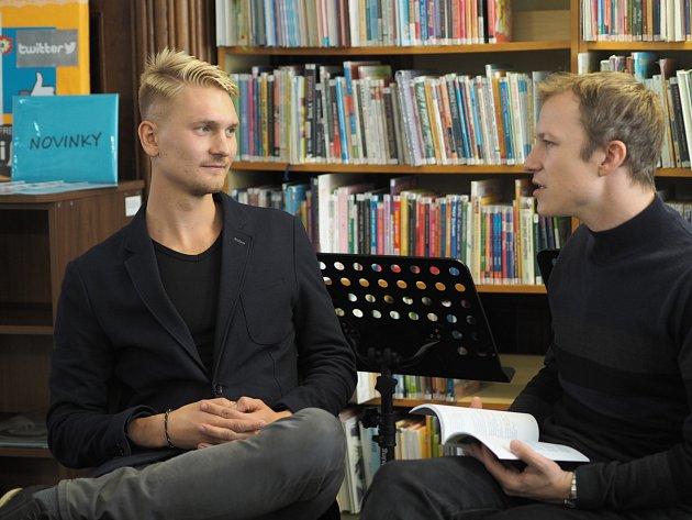 Fotografie z vyhlášení: Spisovatelka Radka Denemarková, fotografie Pavla Renčína (vpravo) při rozhovoru s vítězem své kategorie Jaroslavem Tomkem