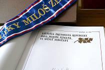 DO KRONIKY města se prezident Miloš Zeman podepsal, ale žádný text nepřipojil. Stránku ozdobně nadepsal sedlčanský výtvarník Petr Sůsa a zápis o návštěvě na stránku dopíše kronikářka Miluše Pávová.
