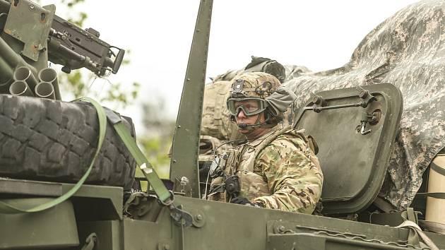 Američtí vojáci při projíždění středními Čechami.