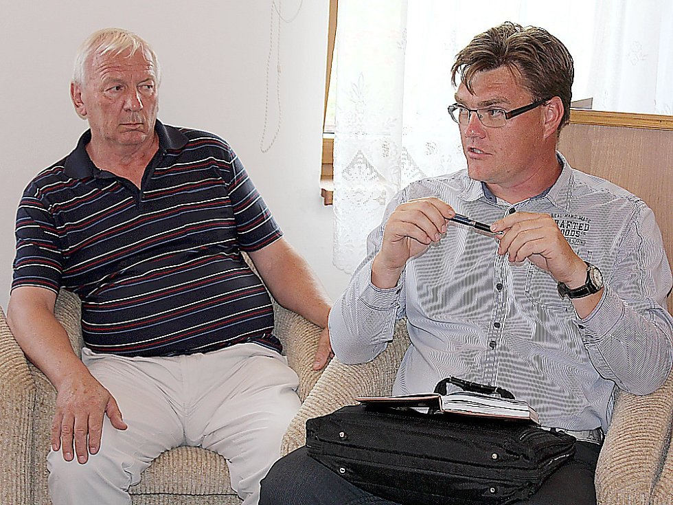 Schůzka v Milíně kvůli haldě č. 15 u Brodu. Zleva Josef Hovorka z Brodu, Petr Štěpánek z místního osadního výboru.