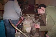 Jinečtí dobrovolní hasiči opravují starší stříkačku.