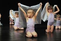 Děti z tanečního studia Elpé ve čtvrtek předvedly v divadle své taneční umění. Před plným hledištěm zatančily choreografie, na kterých celý rok pracovaly.