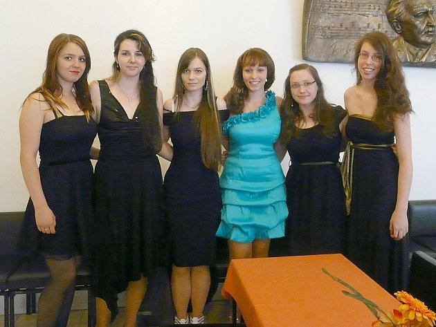 ÚSPĚŠNĚ prošly všemi úskalími maturity zleva Petra Kuthanová, Verča Vybíralová, Verča Sirotková, Bára Čedíková, Jana Neradová a Maruška Soukupová.