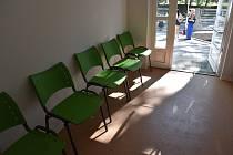 Nízkoprahové centrum v Příbrami: ti, kteří nemají mít peníze na zaplacení noclehu, mohou přenocovat na takzvaných teplých židlích. Celkem je jich v zařízení pět, jsou hned u vchodu.