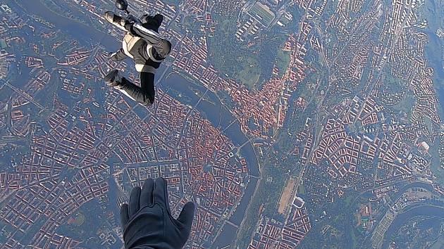 Seskok z letadla nad Prahou je sen mnoha parašutistů. Příbramským se splnil.