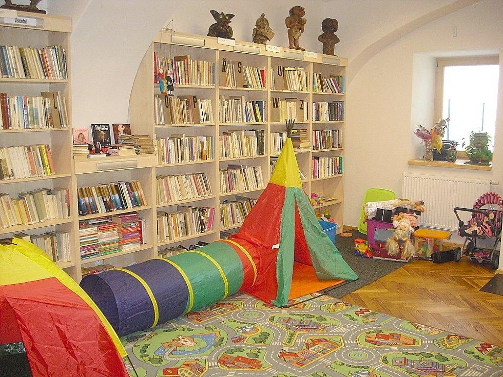 Do knihovny přicházejí i maminky s batolaty. Místa je tu dost.