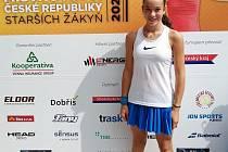 Z tenisového MČR starších žákyň v Dobříši.
