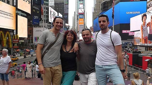 Procházka s manželem a syny po Time Square.