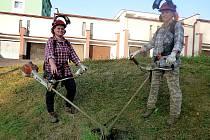 ZAMĚSTNANKYNĚ technických služeb Věra a Ivana se letos měly při úpravě městské zeleně co ohánět.