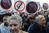 Proti počínání prezidenta Miloše Zemana v úterý 15. října 2013 při jeho návštěvě Dobříše na Příbramsku protestovala zhruba padesátka odpůrců.