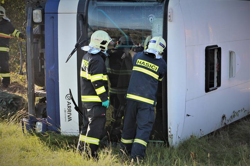Při netradičním cvičení utekli z havarovaného vězeňského autobusu dva vězni.