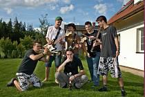 ČLENOVÉ kapely Skaliska Marek Stránský, Jiří Votruba, Lukáš Krejčík, Vojtěch Říha a Tomáš Kuchyňkaa uprostřed Jan Spilka (na snímku zleva).