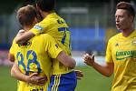 Fotbalisté Fastavu Zlín (ve žlutém) v důležitém zápase bojů o záchranu ve 28. kole v sobotu hostili poslední Příbram. Na snímku radost Zlína z první branky.