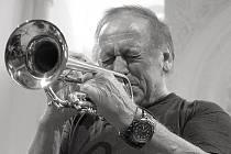 Koncert v příbramském divadle, který se koná 1. května v 19 hodin, představí slovenského jazzového trumpetistu Laco Decziho.