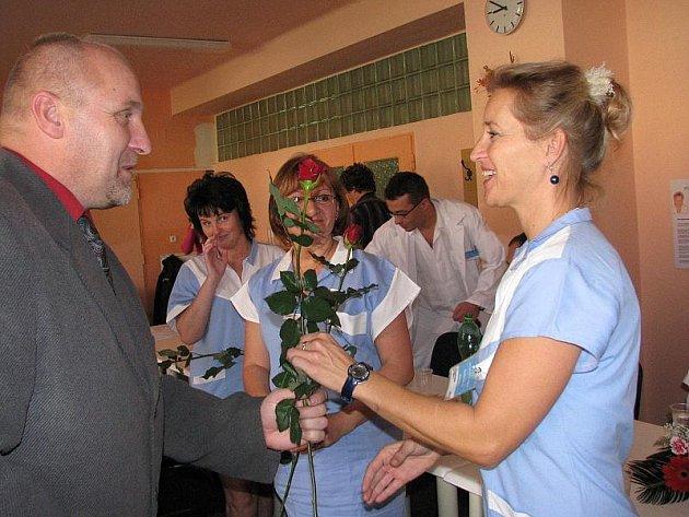 Předávání plakety v příbramské nemocnici
