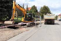 Stavba nových parkovací míst v ulici Legionářů potrvá o několik týdnů déle.