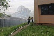 Na místě zasahovali profesionální i dobrovolní hasiči ze širokého okolí.