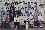 Žáci třídy 6.B z 1. Základní školy v Dobříši ve školním roce 1987/1988.