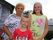 Kempy na Orlické přehradě ožily. Klidnější jsou Popelíky, zato na Trhovkách potkáte i souseda. Ivana Kubelková nejdřív se svými dětmi, dnes s vnoučaty na Popelíkách.