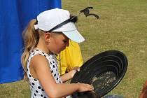 Jak se správně rýžuje zlato předvedli závodníci v Oplocence v Novém Kníně.