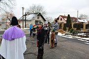 I přes chladné počasí a sněhové přeháňky se masopustního průvodu v Lazsku účastnila necelá čtyřicítka maškar.