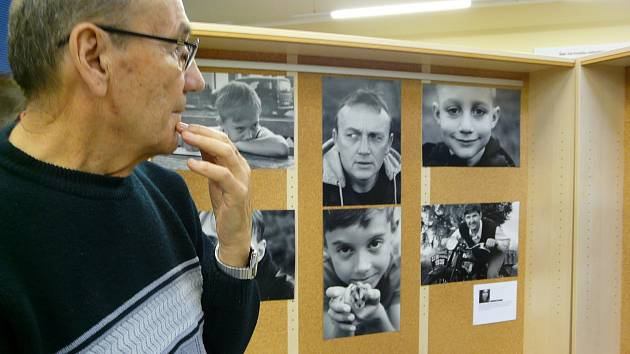 SEDLČANSKÝ fotograf Ladislav Hadraba sice není členem FotoFlegmatiků, ale s velkým zájmem si prohlédl práce svých kolegů.