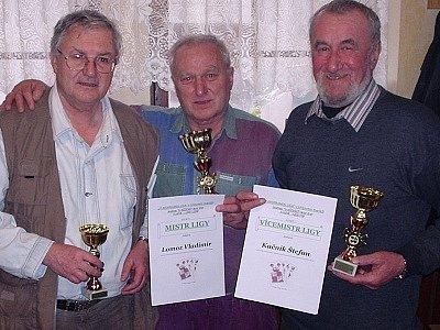 Trojice nejlepších v letošní lize mariáše, zleva: Josef Kučera, Vladimír Lomoz a Štefan Kačník.