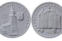 Vyobrazení sádrového modelu líce a rubu medaile. Autorem výtvarného návrhu je Ján Chvalník, člen a jednatel spolku Numismatika Příbram.