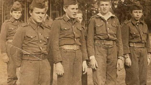 Mladí starorožmitálští hasiči v roce 1965.
