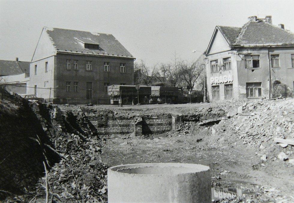 Výstavba kruhového objezdu u Dolejší Obory v Příbrami na historické fotografii.